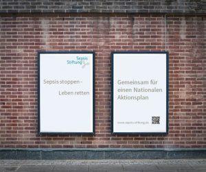 Plakat der Stiftung an einer Mauer