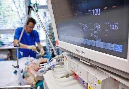 Pfleger versorgt Intensivpatienten