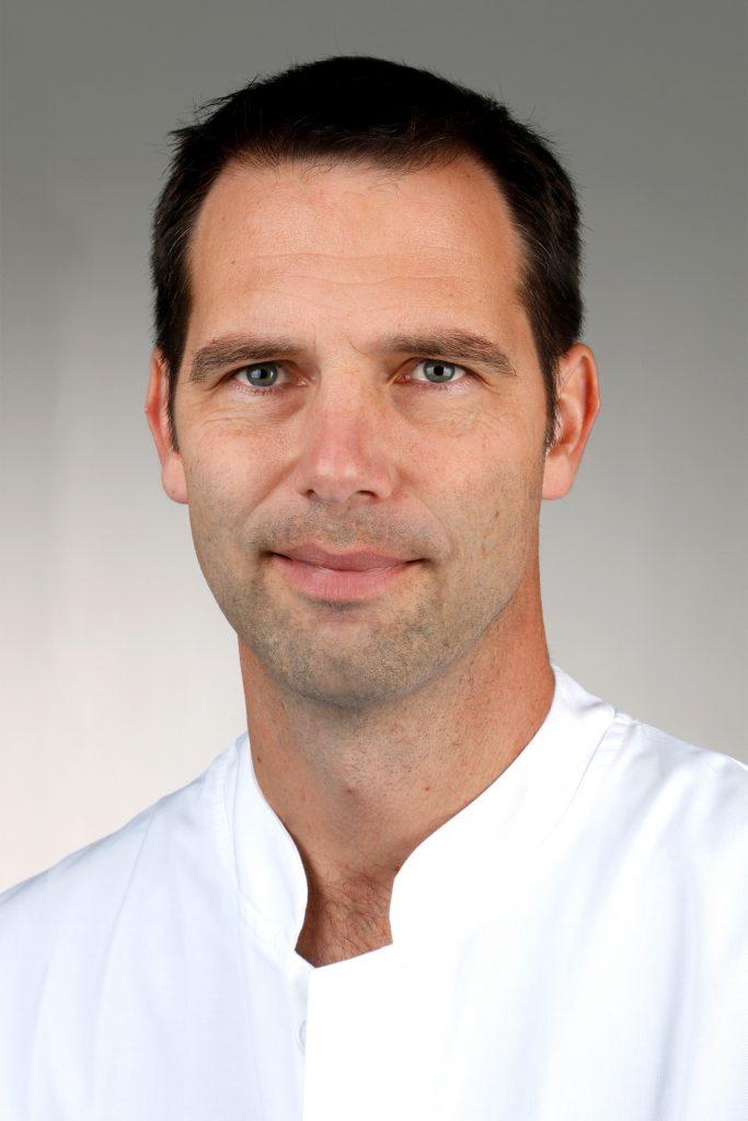 Portrait-Foto eines Mannes im weißen Kittel